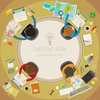 Concetto di lavoro di squadra creativo. riunione d'affari e brainstorming. design piatto, illustrazione