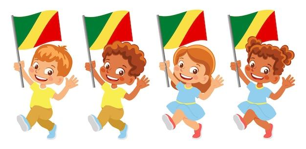 Bandiera del congo in mano. bambini che tengono bandiera. bandiera nazionale del congo