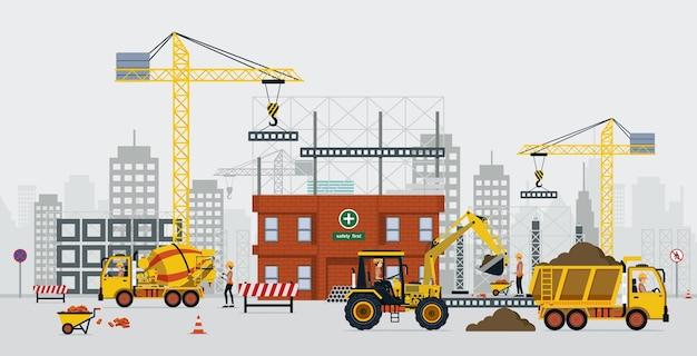 Gli ingegneri edili stanno costruendo con gru e camion di cemento.