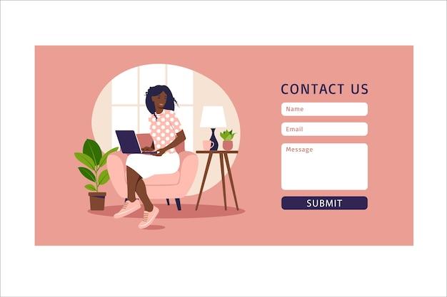 Contattaci modello di modulo per il web e la pagina di destinazione. cliente femminile africano che comunica con il cliente. assistenza clienti in linea, concetto di help desk e call center. in appartamento.