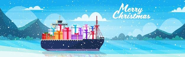 Nave da carico container con scatole regalo presente logistica mare oceano concetto di trasporto natale capodanno vacanze invernali celebrazione