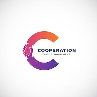 Modello di segno, simbolo o logo di cooperazione. stretta di mano incorporata nel concetto della lettera c.
