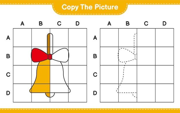 Copia l'immagine, copia l'immagine delle campane di natale dorate usando le linee della griglia. gioco educativo per bambini, foglio di lavoro stampabile