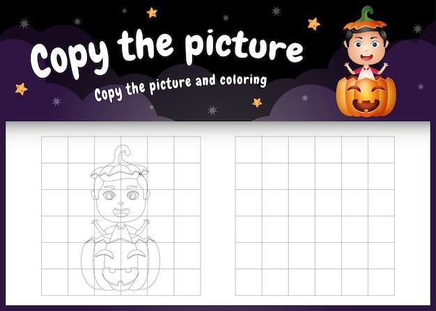 Copia l'immagine del gioco per bambini e la pagina da colorare con un ragazzo carino nella zucca