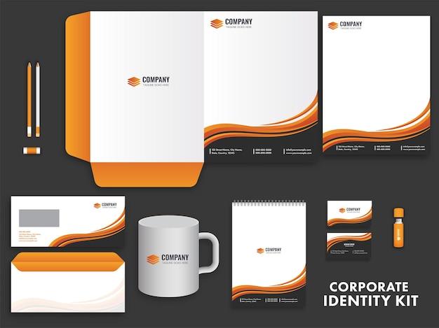 Kit di identità aziendale che include carta intestata, buste, blocco note, biglietto da visita, tazza e unità usb