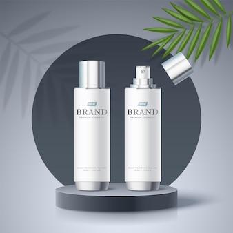 Modello di annunci cosmetici con bottiglie bianche sul palco del podio grigio e foglie di palma nell'illustrazione 3d