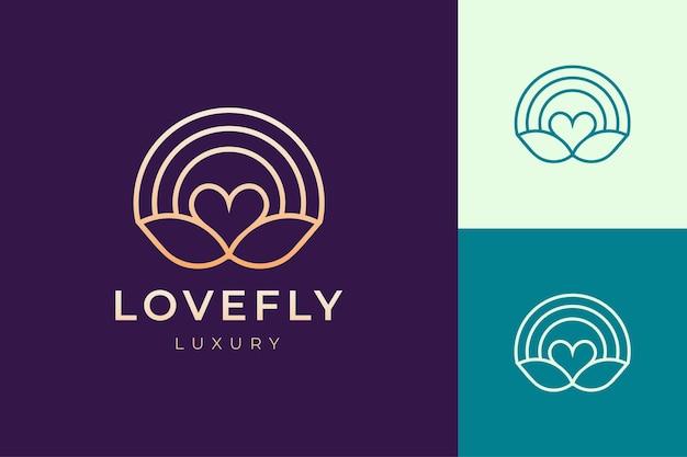 Logo cosmetico o spa in amore di lusso e forma di foglia
