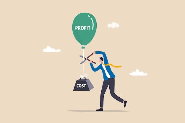 Riduzione dei costi, riduzione delle spese per aumentare i profitti, miglioramento della redditività aziendale riducendo la spesa, diminuzione delle commissioni di investimento, uomo d'affari che utilizza le forbici per ridurre l'onere dei costi e far correre i profitti.