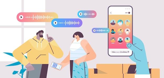 Coppia comunica in messaggistica istantanea tramite messaggi vocali applicazione chat audio social media concetto di comunicazione online illustrazione vettoriale ritratto orizzontale