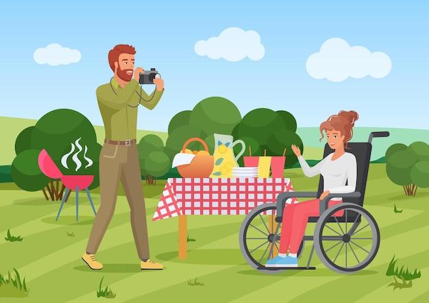 Coppia amici persone in picnic estivo donna con disabilità seduta in sedia a rotelle