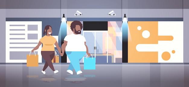 Coppia azienda shoppers grande vendita concetto felice uomo donna che cammina davanti al negozio moderno
