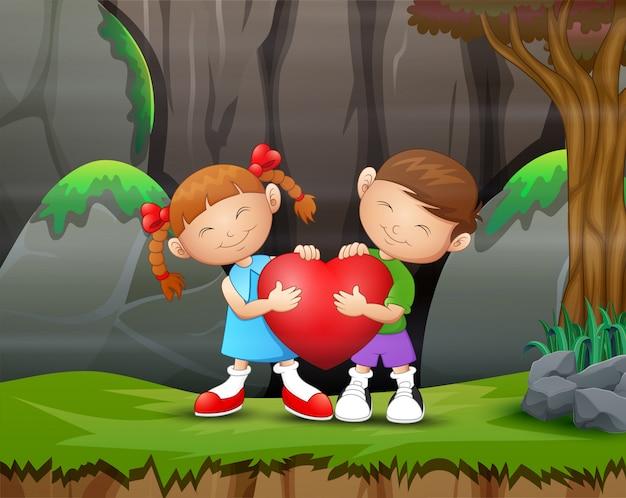 Un bambino delle coppie che tiene un cuore il giorno di s. valentino
