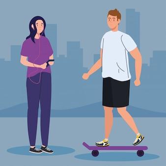 Coppie che svolgono attività all'aperto per il tempo libero, uomo in skateboard e donna con smartphone