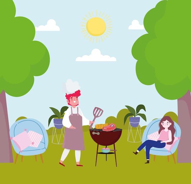 Coppie che preparano la cena all'aperto in un campeggio