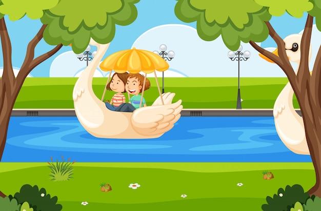 Una coppia in sella a una barca swan
