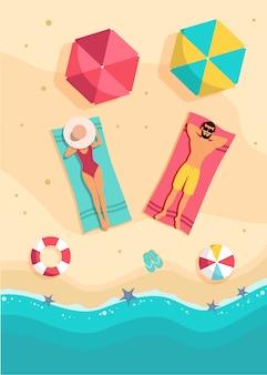 Coppia prendere il sole vista dall'alto. un uomo e una donna di bellezza stanno prendendo il sole su una spiaggia.