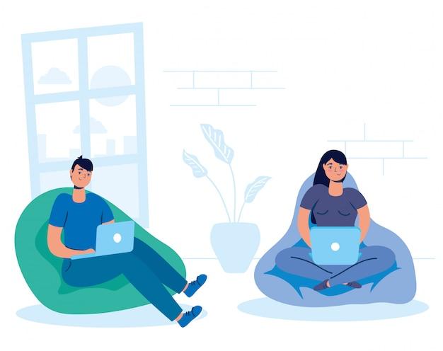Coppia con laptop nel divano