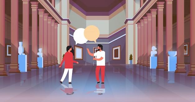 Coppia di visitatori nella classica galleria d'arte del museo storico hall con colonne interne chat bolla comunicando alla ricerca di reperti antichi e sculture collezione orizzontale piatta