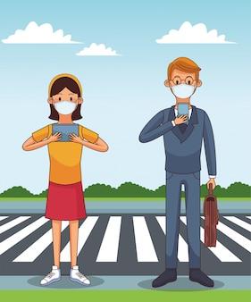 Coppia indossando maschera medica e smartphone per rimanere in contatto