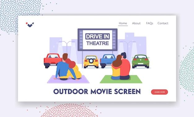 Coppie al car cinema. incontri romantici nel modello di pagina di destinazione del teatro drive-in. uomini e donne amorevoli si siedono su un plaid e guardano un film nel parcheggio all'aperto sullo sfondo del paesaggio urbano. fumetto illustrazione vettoriale