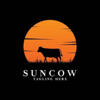 Logo di mucca vintage con disegno di illustrazione vettoriale di sfondo sole