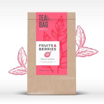 Sacchetto di carta artigianale con layout di progettazione di imballaggi astratti di etichette di tè di frutta e bacche con ombre realistiche