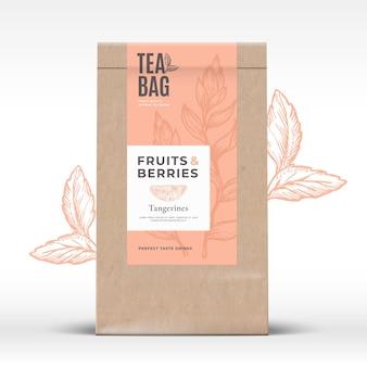 Sacchetto di carta artigianale con etichetta tè frutta e bacche. Vettore Premium