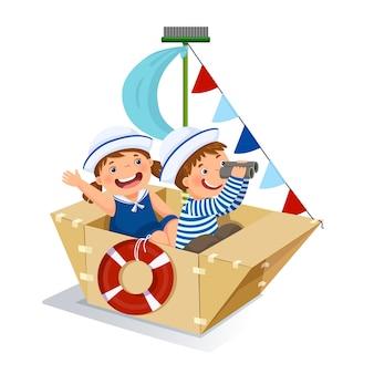 Ragazzo creativo e ragazza che giocano marinaio con la nave di cartone