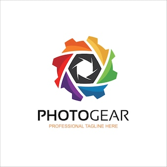 Design creativo del logo dell'ingranaggio dell'obiettivo della fotocamera Vettore Premium