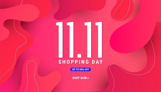 Composizione creativa 11.11 con un'onda liquida fluida di forme sfumate su uno sfondo rosa