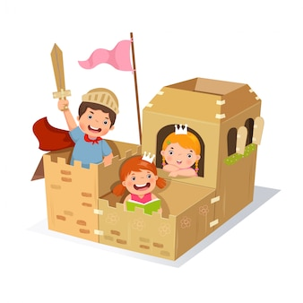 Bambini creativi che giocano a castello fatto di scatola di cartone