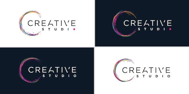 Logo creativo con il concetto di pennello colorato vettore premium