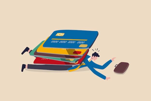 Debito della carta di credito, spesa eccessiva, problemi finanziari, problemi di prestito di credito o concetto di default, mucchio di carte di credito con molto peso su un uomo depresso con stipendio rotto che spende troppo nello shopping online.