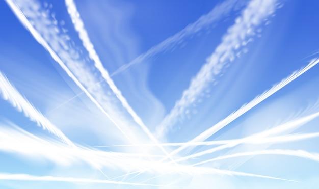 Scie di condensazione di aeroplani incrociate, scie di condensazione di aerei che si disperdono leggermente, sullo sfondo del cielo blu