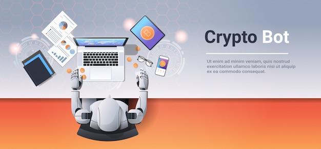 Criptovaluta trading bot blocco catena concetto bitcoin mining robot seduto sul posto di lavoro usando il portatile