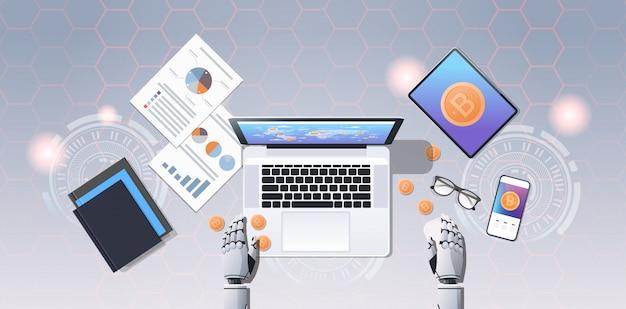 Criptovaluta trading bot blocco catena concetto bitcoin mining mani robotiche utilizzando il computer portatile