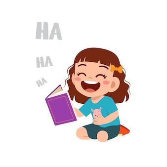 Cule bambina legge storie di libri divertenti e ride così forte