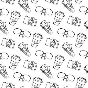 Tazza di caffè da asporto, occhiali, macchina fotografica, modello senza cuciture di scarpe da ginnastica.