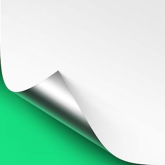 Angolo d'argento metallico arricciato di carta bianca con ombra close up