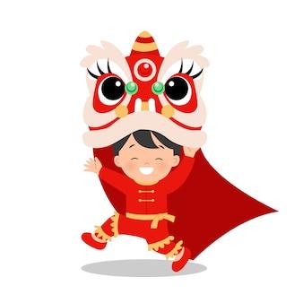 Ragazzo asiatico sveglio che balla la danza del leone per il festival del capodanno lunare