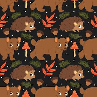 Simpatico motivo autunnale con animali della foresta orso riccio acero bacche funghi ghiande