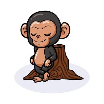 Simpatico cartone animato di scimpanzé bambino appoggiato a un ceppo d'albero