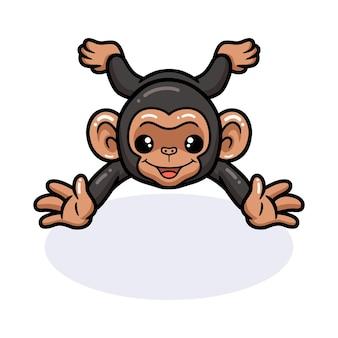 Simpatico cartone animato di scimpanzé bambino sdraiato