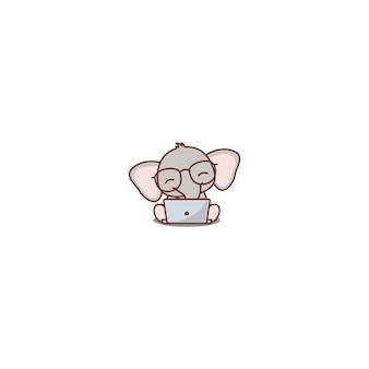 Elefante sveglio del bambino con i vetri che lavorano ad un'icona del fumetto del computer portatile, illustrazione di vettore
