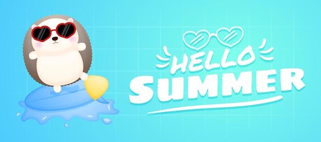 Simpatico riccio che gioca a surf con banner di auguri estivi