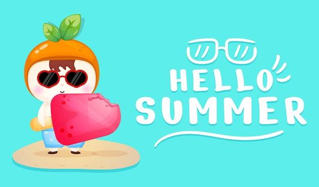 Bambino carino che tiene un grande gelato con banner di auguri estivi