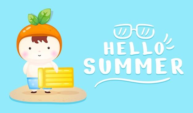 Bambino sveglio che tiene boa di nuoto con banner di saluto estivo summer