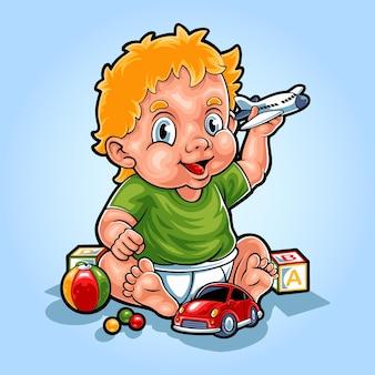 Il bambino carino sta giocando con il suo giocattolo