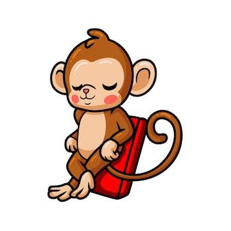 Simpatico cartone animato scimmia bambino che si rilassa sul materasso ad aria