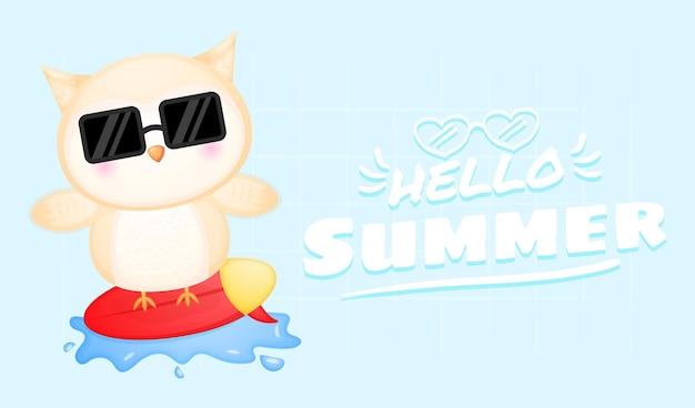 Simpatico gufo che gioca a surf con banner di auguri estivi
